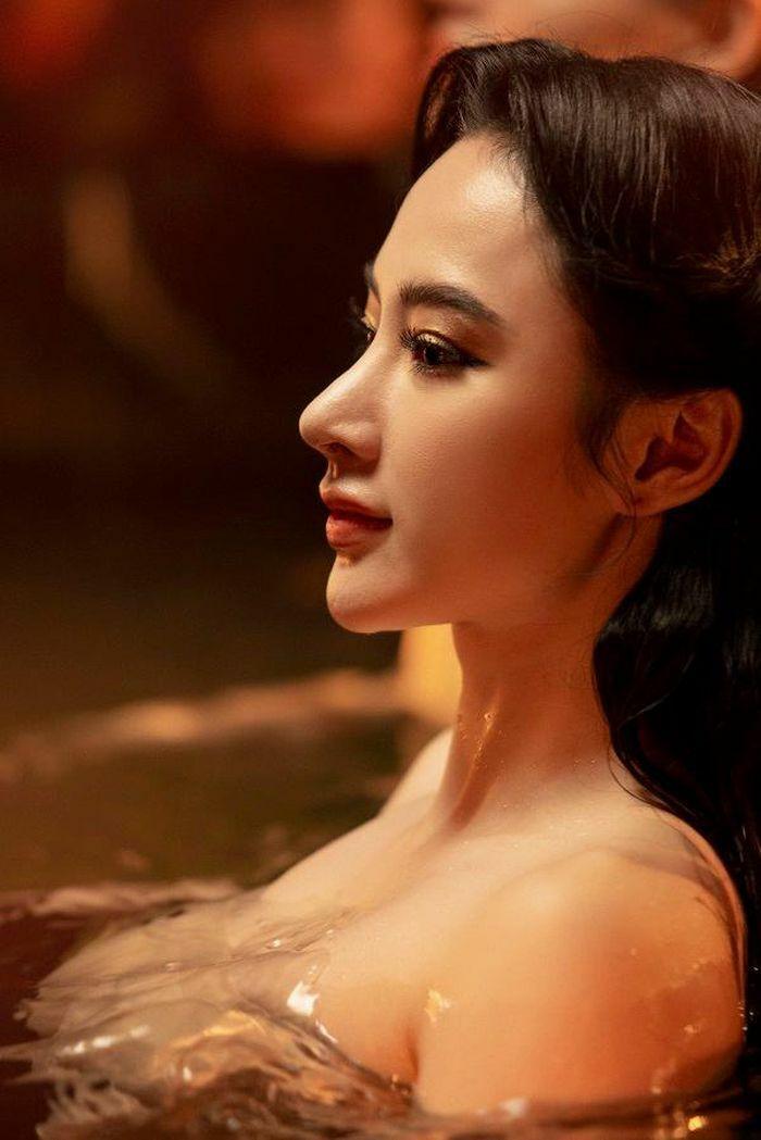 Angela Phương Trinh úp mở chuyện tái xuất với loạt ảnh nóng bỏng với Tú Anh, Khánh Linh - ảnh 1