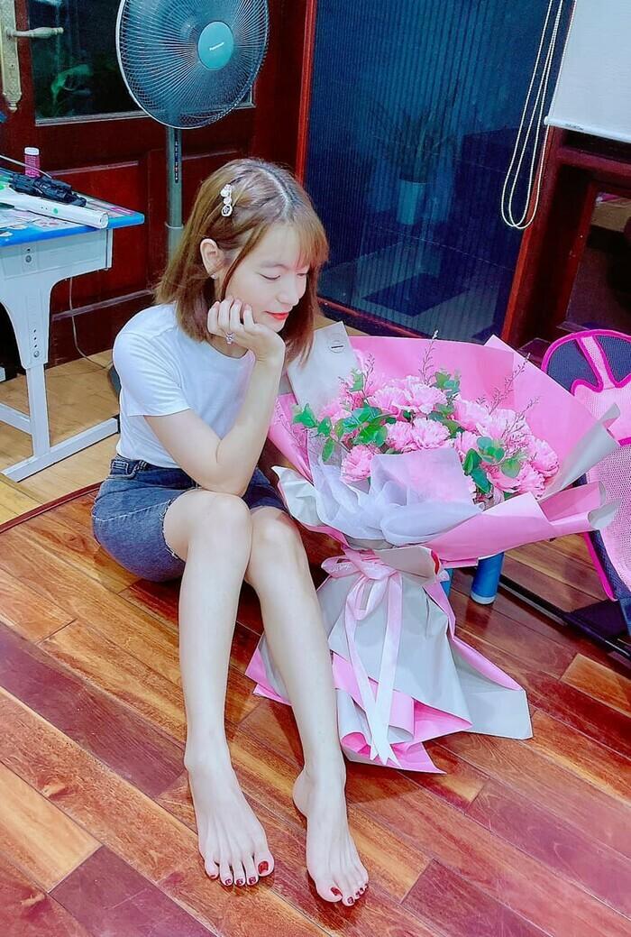 Mặc kệ bị nghi ngoại tình, vợ Mạc Văn Khoa hạnh phúc khoe được chồng tặng hoa kỷ niệm 6 năm bên nhau - ảnh 5