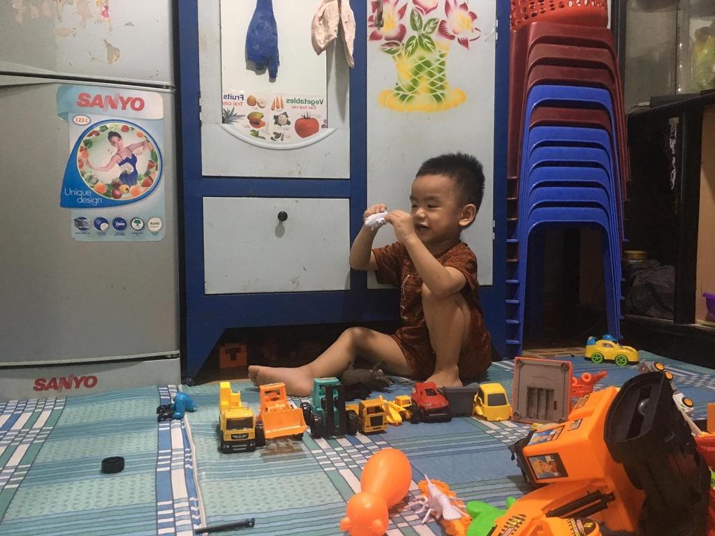 TP.HCM giãn cách xã hội, cha mẹ bối rối khi con bức bí đòi đi chơi - ảnh 1