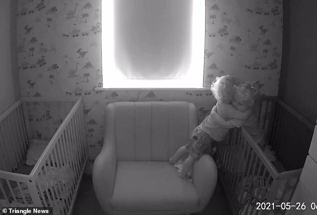 Xem camera trong phòng các con, bố mẹ sững sờ trước hành động của cặp song sinh lúc sáng sớm - ảnh 4