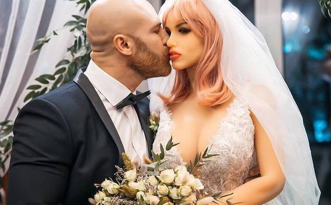 """Lực sĩ từng gây sốc khi cưới búp bê tình dục, giờ đã ly hôn cô vợ để đi theo """"người"""" mới - ảnh 1"""