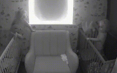 Xem camera trong phòng các con, bố mẹ sững sờ trước hành động của cặp song sinh lúc sáng sớm - ảnh 1