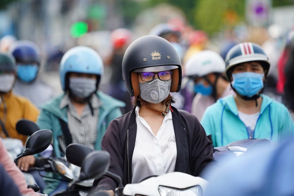 ''Nóng'' ở chốt kiểm soát Gò Vấp: Người dân chen chân chờ, người trực khản tiếng - ảnh 9