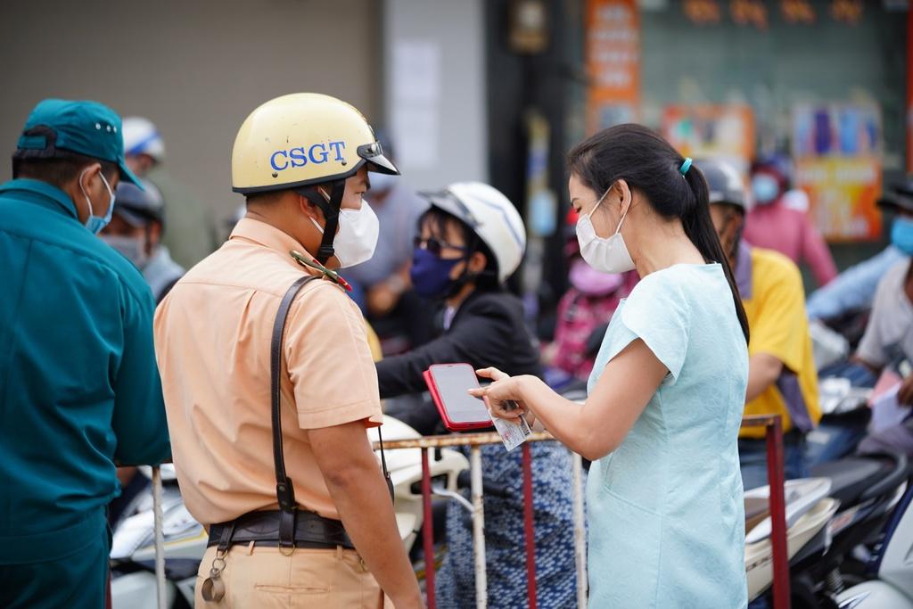 ''Nóng'' ở chốt kiểm soát Gò Vấp: Người dân chen chân chờ, người trực khản tiếng - ảnh 2