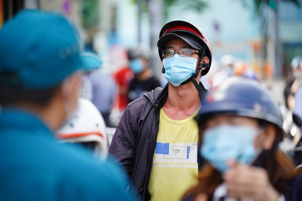 ''Nóng'' ở chốt kiểm soát Gò Vấp: Người dân chen chân chờ, người trực khản tiếng - ảnh 12