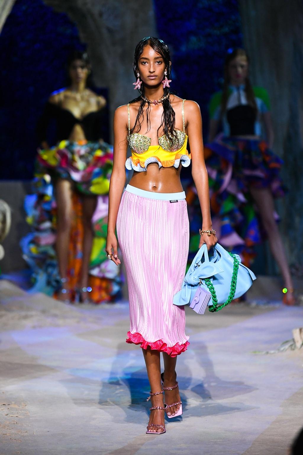 Người mẫu nội y diện váy áo đính đá đón tuổi 30 - ảnh 3