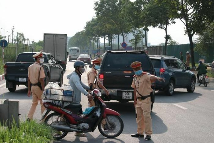 Xử lý nghiêm tình trạng xe máy đi vào phần đường ô tô trên Đại lộ Thăng Long - ảnh 1