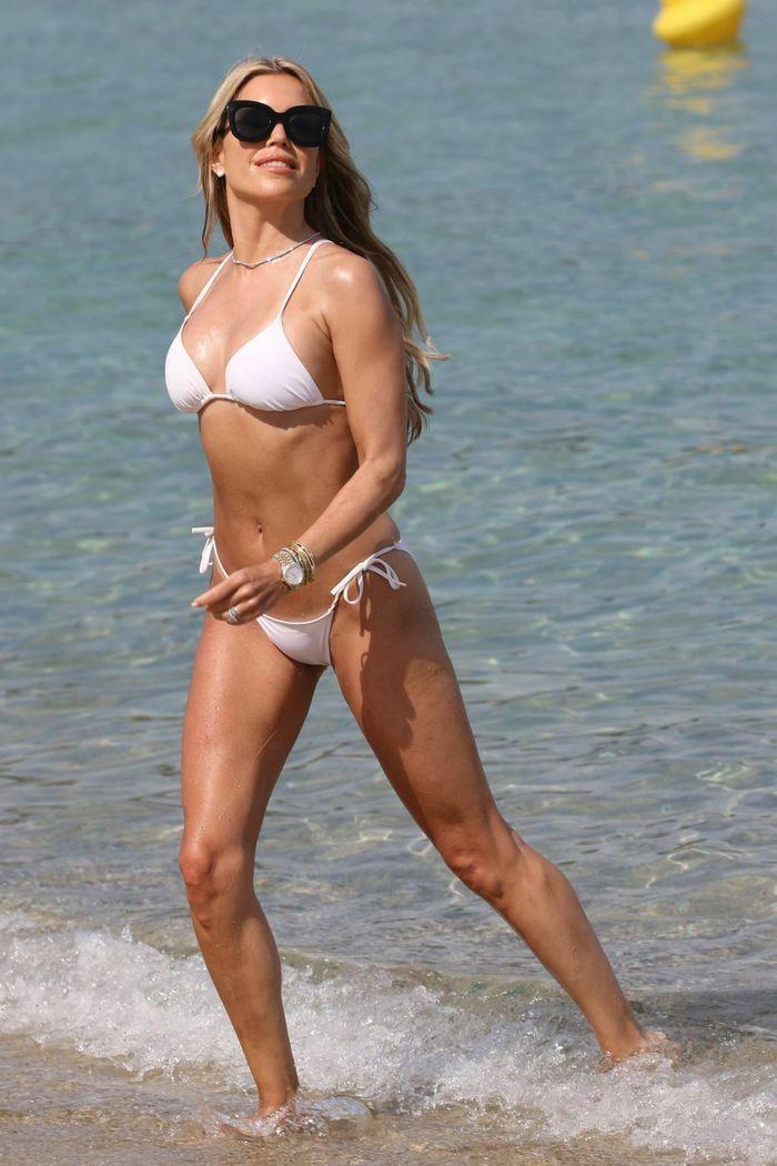 Vợ cũ tiền vệ Van der Vaart cực nóng bỏng ở biển - ảnh 2