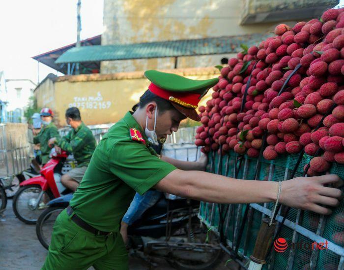 Bắc Giang: Nửa đêm bật dậy đi hái vải, điểm thu mua tắc dài cả cây số - ảnh 9