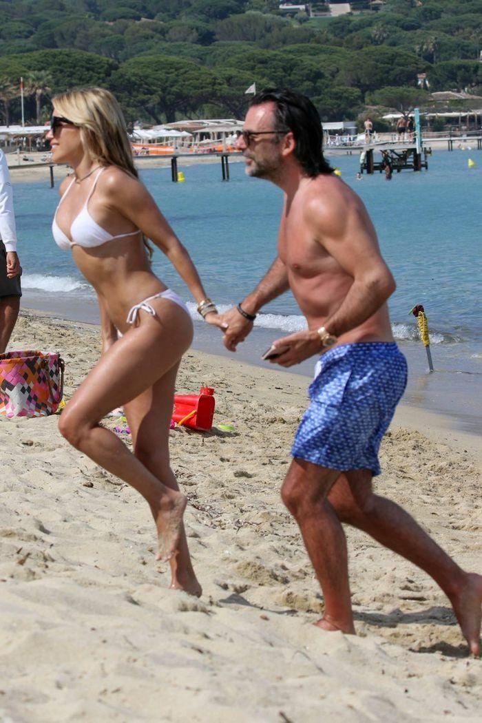 Vợ cũ tiền vệ Van der Vaart cực nóng bỏng ở biển - ảnh 3
