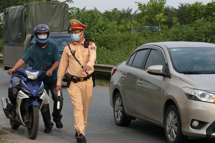 Xử lý nghiêm tình trạng xe máy đi vào phần đường ô tô trên Đại lộ Thăng Long - ảnh 2