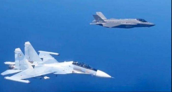 Máy bay chiến đấu Su-30SM của Nga và F-35A của NATO ghìm nhau trên biển Baltic - ảnh 1
