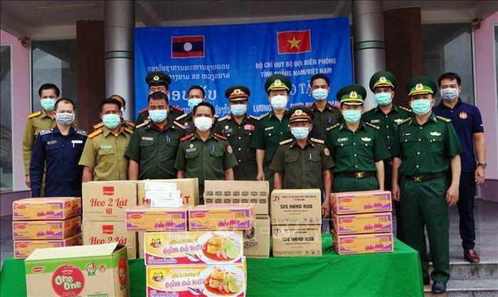 Tặng lương thực, thiết bị y tế cho lực lượng bảo vệ biên giới của Lào - ảnh 1