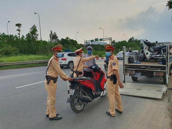 Xử lý nghiêm tình trạng xe máy đi vào phần đường ô tô trên Đại lộ Thăng Long - ảnh 3