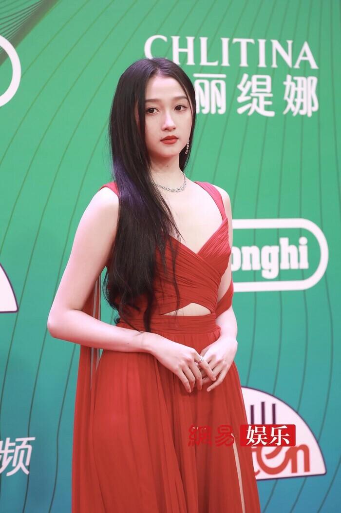 Quan Hiểu Đồng đẹp ''nhức nhối'' trong kiểu váy đỏ rực khoe chân dài cực phẩm - ảnh 4