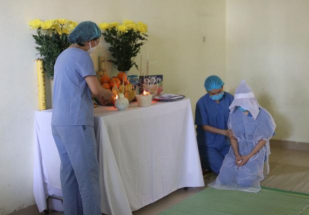 Xót xa nữ điều dưỡng không thể về chịu tang mẹ, lập bàn thờ trong khu cách ly để vái vọng: ''Đã rất lâu rồi, cô chưa được về nhà thăm mẹ'' - ảnh 1