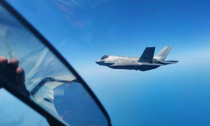 Su-30SM Nga áp sát buộc F-35 NATO phải đổi hướng bay - ảnh 1