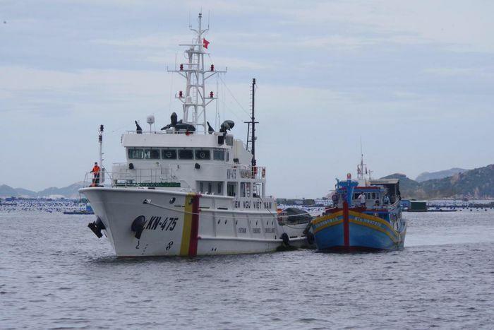 Tàu cá gặp nạn ở Trường Sa được lực lượng Kiểm ngư đưa về bờ an toàn - ảnh 1