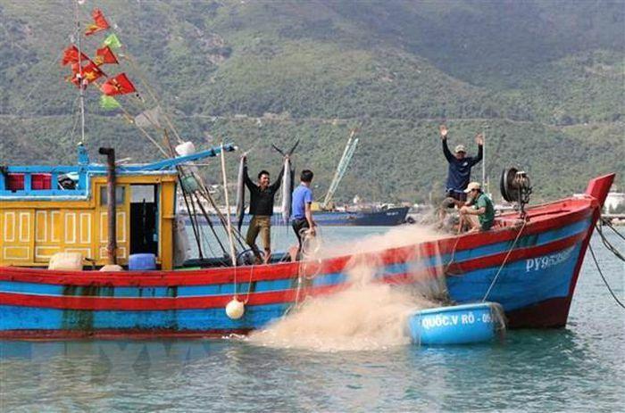 Chủ tịch nước gửi tặng 5.000 lá cờ cho các ngư dân vùng biển đảo - ảnh 1