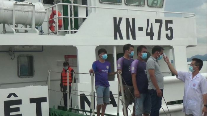 Tàu cá gặp nạn ở Trường Sa được lực lượng Kiểm ngư đưa về bờ an toàn - ảnh 2