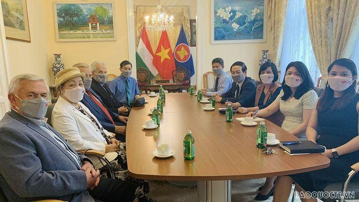 Đại sứ Nguyễn Thị Bích Thảo làm việc với Chủ tịch Hội Hữu nghị Hungary-Việt Nam - ảnh 2