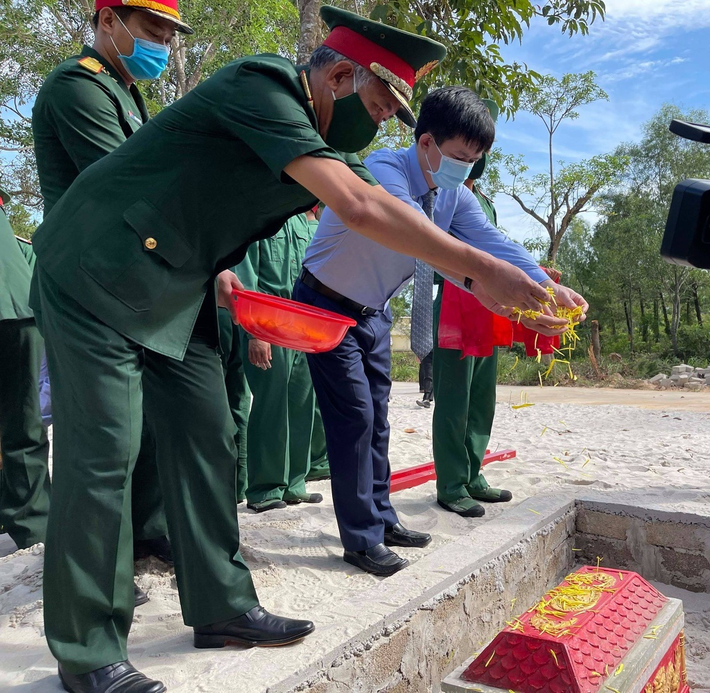 Quảng Trị: Truy điệu, an táng 40 hài cốt liệt sĩ tìm thấy ở chiến khu xưa Ba Lòng - ảnh 2