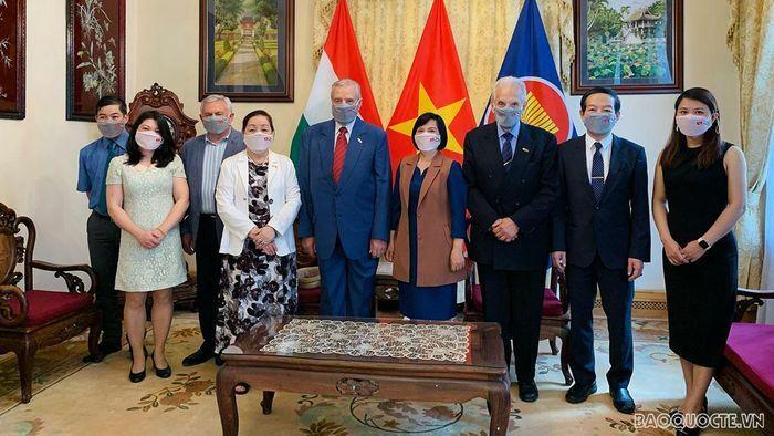 Đại sứ Nguyễn Thị Bích Thảo làm việc với Chủ tịch Hội Hữu nghị Hungary-Việt Nam - ảnh 3