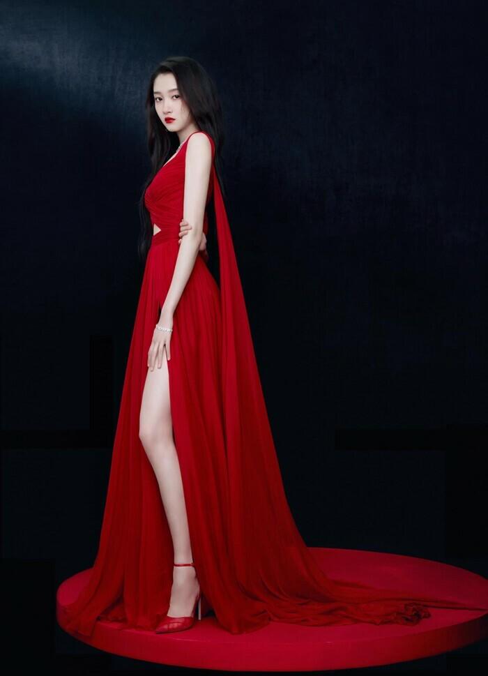 Quan Hiểu Đồng đẹp ''nhức nhối'' trong kiểu váy đỏ rực khoe chân dài cực phẩm - ảnh 1