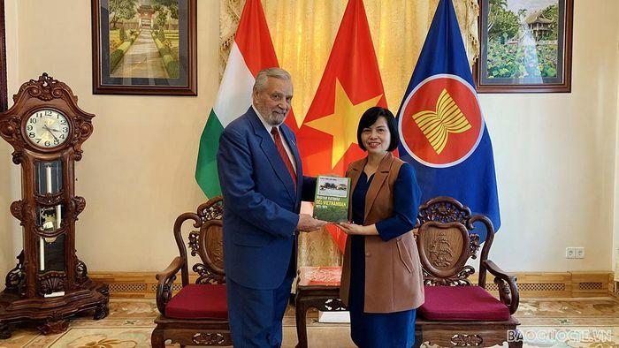 Đại sứ Nguyễn Thị Bích Thảo làm việc với Chủ tịch Hội Hữu nghị Hungary-Việt Nam - ảnh 1