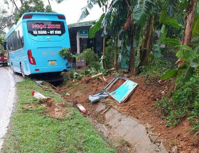 Hà Giang: Ít nhất 7 người thoát nạn sau 2 vụ tai nạn trên quốc lộ 2 - ảnh 1