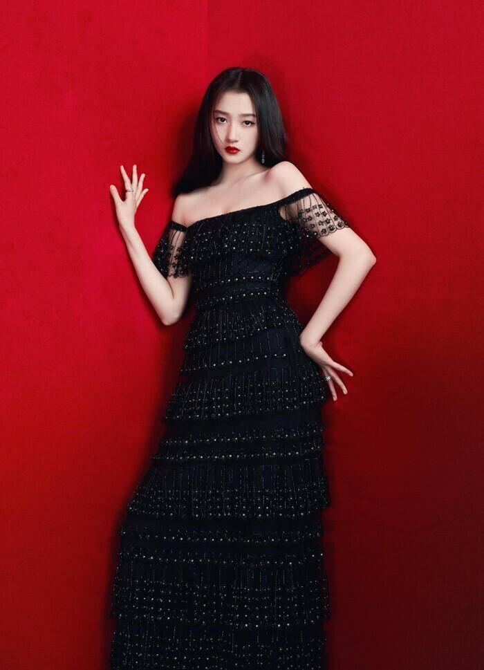 Quan Hiểu Đồng đẹp ''nhức nhối'' trong kiểu váy đỏ rực khoe chân dài cực phẩm - ảnh 7