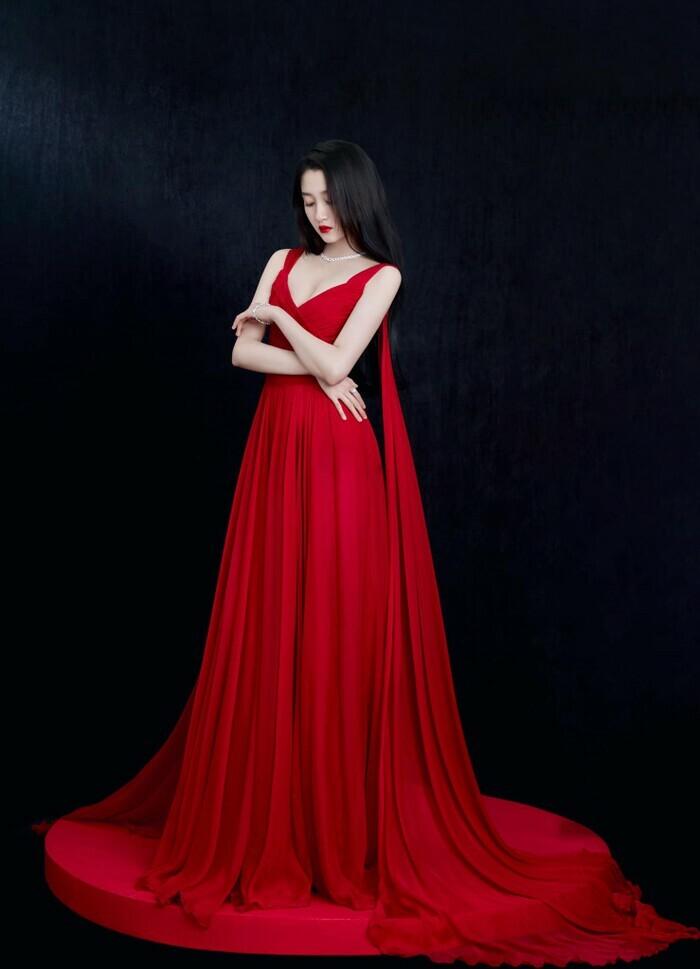 Quan Hiểu Đồng đẹp ''nhức nhối'' trong kiểu váy đỏ rực khoe chân dài cực phẩm - ảnh 2
