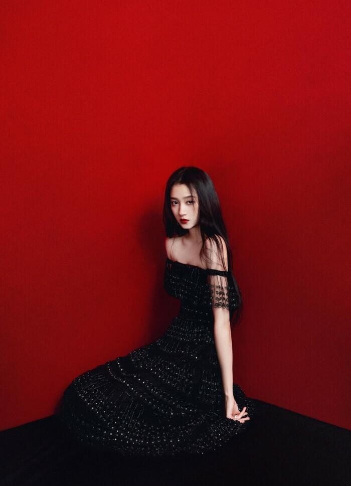 Quan Hiểu Đồng đẹp ''nhức nhối'' trong kiểu váy đỏ rực khoe chân dài cực phẩm - ảnh 6