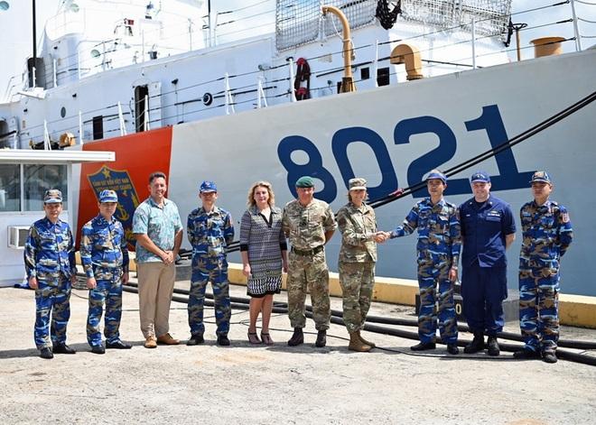 Hai chuẩn tướng lên thăm tàu Cảnh sát biển bàn giao cho Việt Nam tại Hawaii - ảnh 1