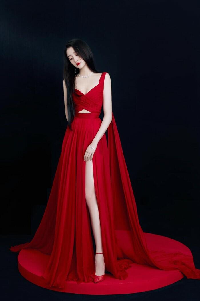 Quan Hiểu Đồng đẹp ''nhức nhối'' trong kiểu váy đỏ rực khoe chân dài cực phẩm - ảnh 3