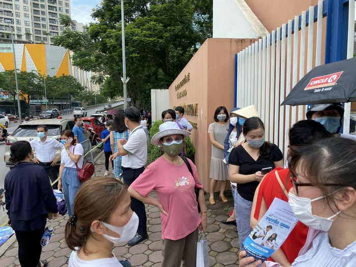 Vẫn còn cảnh phụ huynh chờ con đông đúc trước cổng trường thi, không đảm bảo giãn cách - ảnh 7