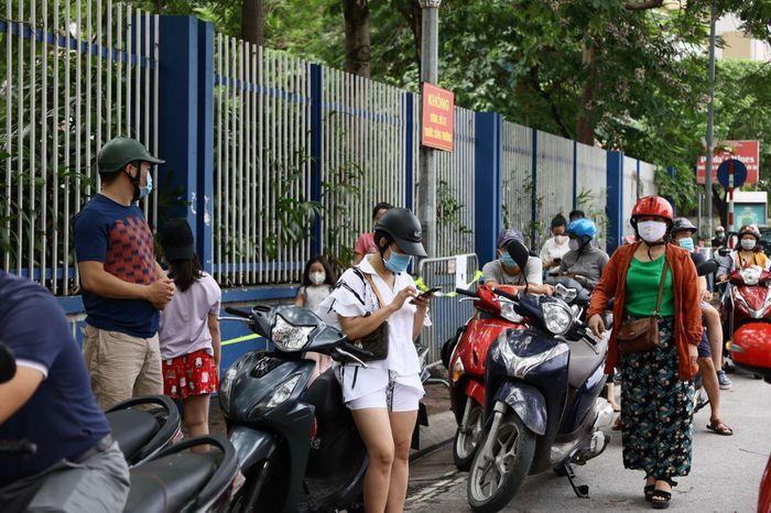 Vẫn còn cảnh phụ huynh chờ con đông đúc trước cổng trường thi, không đảm bảo giãn cách - ảnh 2