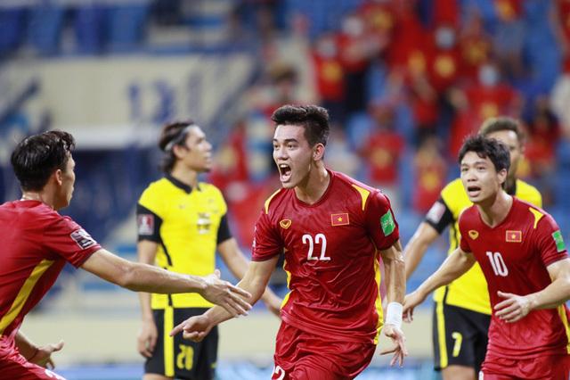 Thầy Park cảm ơn các học trò của mình khi giành chiến thắng 2-1 trước đội tuyển Malaysia - ảnh 1