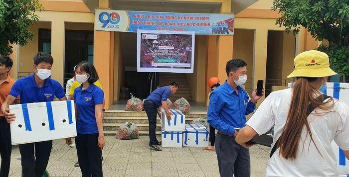 Thanh niên Quảng Bình hỗ trợ người dân Bắc Giang tiêu thụ vải thiều. - ảnh 2