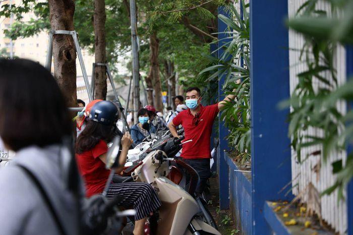 Vẫn còn cảnh phụ huynh chờ con đông đúc trước cổng trường thi, không đảm bảo giãn cách - ảnh 4