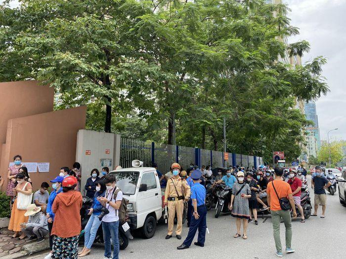 Vẫn còn cảnh phụ huynh chờ con đông đúc trước cổng trường thi, không đảm bảo giãn cách - ảnh 1