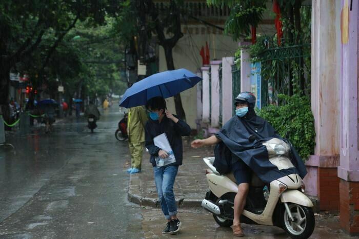 Hà Nội: Phụ huynh đội mưa đưa con đi thi, phải về lấy quần áo gửi đến phòng thi cho con thay - ảnh 5