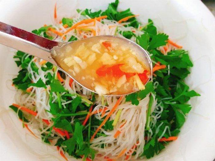 Món ngon cuối tuần: Đổi vị với món miến trộn hải sản kiểu Thái - ảnh 5