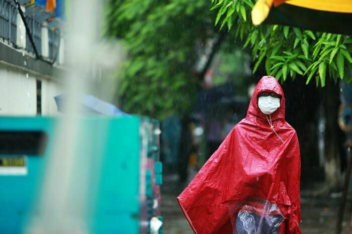 Hà Nội: Phụ huynh đội mưa đưa con đi thi, phải về lấy quần áo gửi đến phòng thi cho con thay - ảnh 8