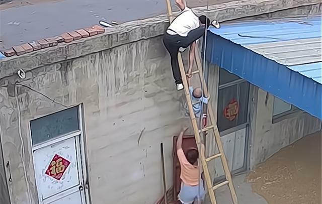 Con trai trèo thang tre theo bố lên mái nhà, trong tích tắc liền xảy ra cảnh tượng thót tim, cẩn thận khi chăm con không bao giờ là thừa - ảnh 4