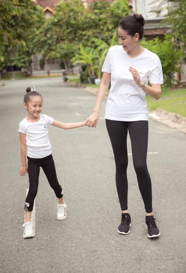 Hà Kiều Anh tập thể dục cùng con gái - ảnh 4