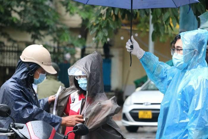 Thí sinh Hà Nội tiếp tục ngày thi thứ 2 trong mưa lớn - ảnh 1