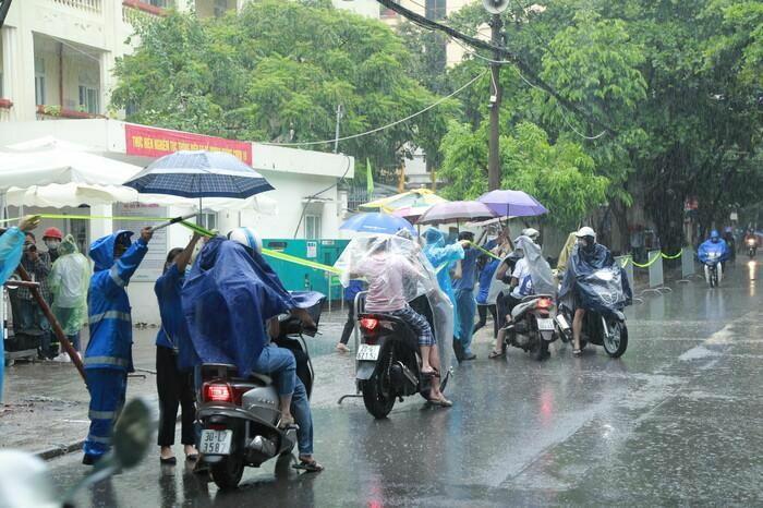 Hà Nội: Phụ huynh đội mưa đưa con đi thi, phải về lấy quần áo gửi đến phòng thi cho con thay - ảnh 3