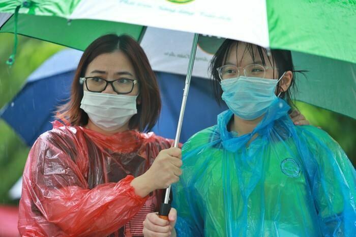 Hà Nội: Phụ huynh đội mưa đưa con đi thi, phải về lấy quần áo gửi đến phòng thi cho con thay - ảnh 12