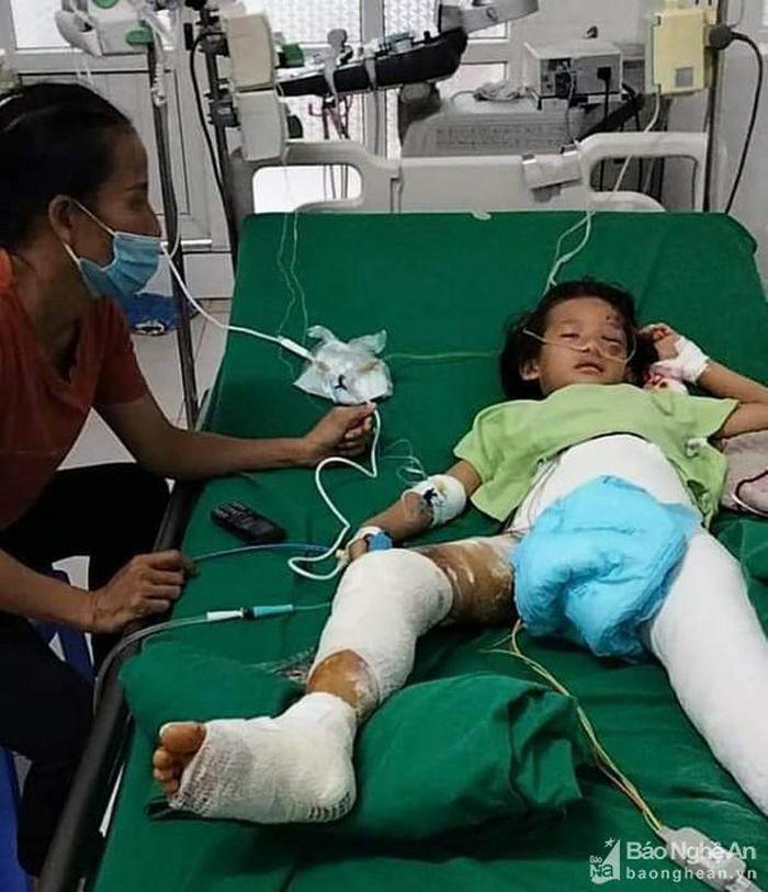 Cháu gái 8 tuổi bị cổng sắt nhà văn hóa bất ngờ đổ ập đè gãy hai chân - ảnh 4